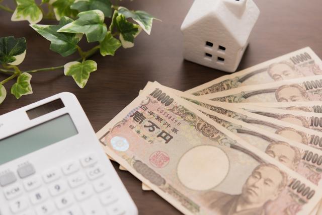 家の置物と計算機とお金